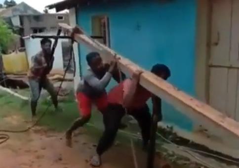 Mit vereinten Kräften den Mast aufstellen