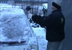 So werden die Autos in Polen vom Eis befreit