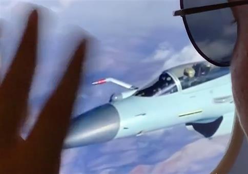 Durchs Flugzeugfenster die Luftbetankung bestaunen