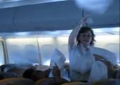 Kissenschlacht im Flugzeug