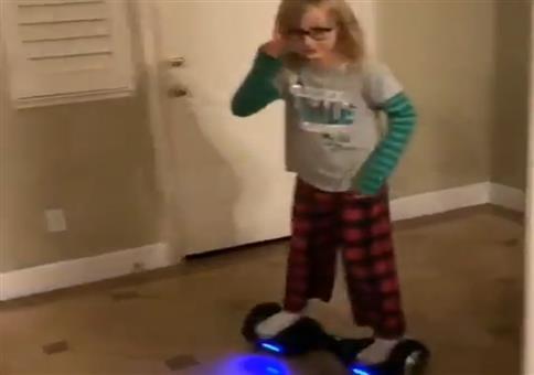 Auf dem Hoverboard in der Wohnung unterwegs