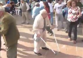 Opa wirft seine Krücken weg und tanzt