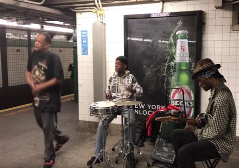 Straßenmusiker Mike Yung singt in U-Bahn Station