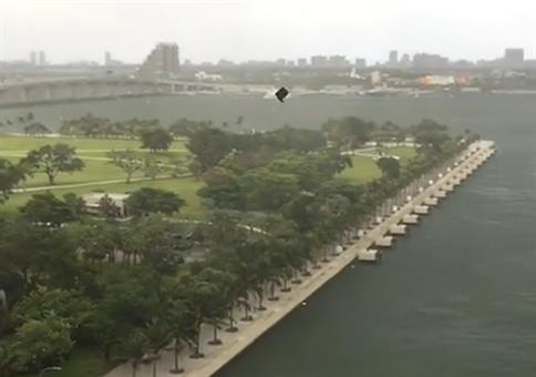Es regnet Möbel in Miami