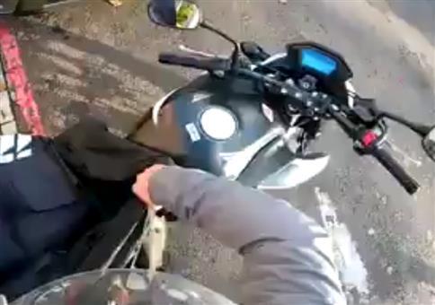 Motorrad mit einer Plane abdecken