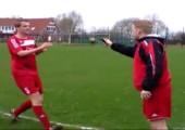 Fußball, Handy und ein Foul
