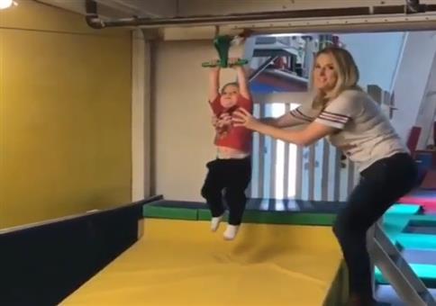 Mutter des Jahres: Kind auf der Seilrutsche