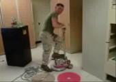 Soldaten beim bohnern