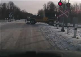 Auto fährt auf Schienen