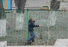 Besoffener Russe VS. Zaun