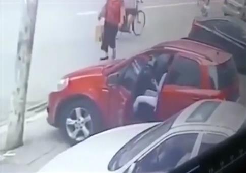 Eine Laterne und die Frau im Auto