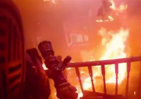 Feuerwehrmann mit Helmkamera