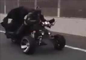 Batman mit seinem Motorrad auf der Autobahn