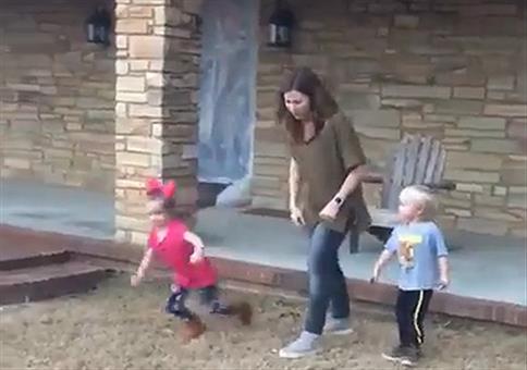 Tante rennt mit Kindern um die Wette