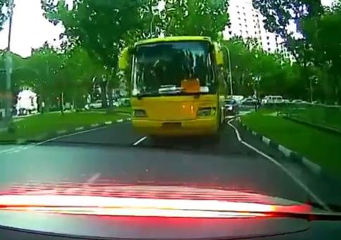 Bus legt Vollbremsung hin