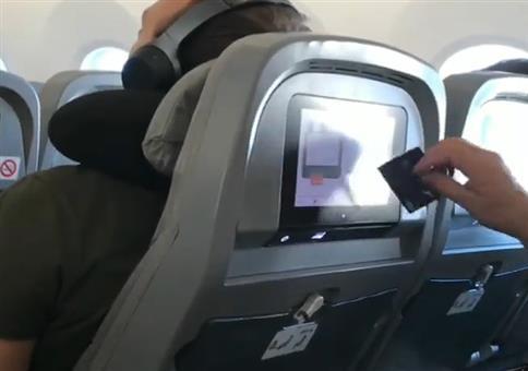 Mit der Kreditkarte im Flugzeug das Pay TV bezahlen
