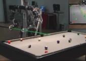 Roboter spielt Billard