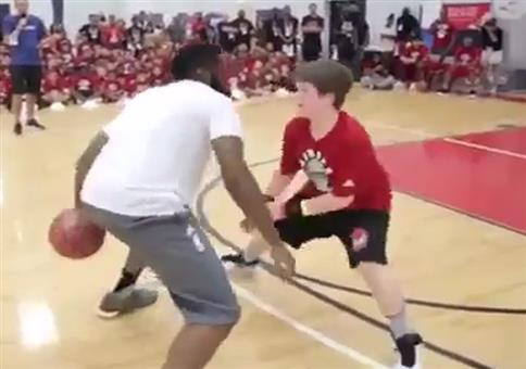 James Harden verarscht Kind beim Basketball