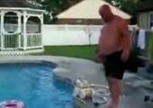 Kopfsprung durch Schwimmreifen