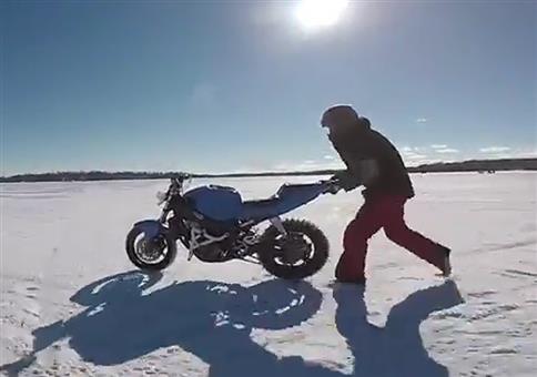 Motorrad im Alleingang auf zugefrorenem See unterwegs