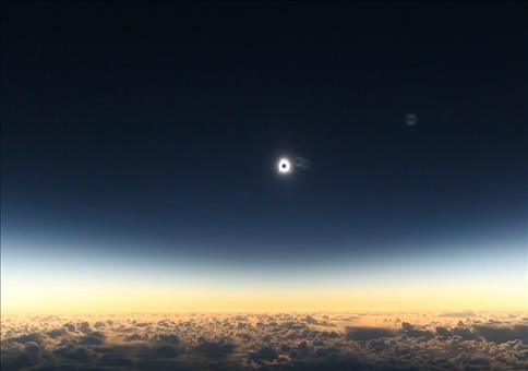 Sonnenfinsternis vom Flugzeug aus beobachten