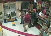 Frau am Steuer fährt in Tankstelle