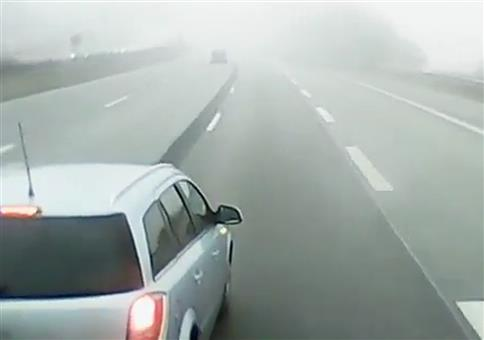 Schleicher auf der Mittelspur bremst LKW aus.