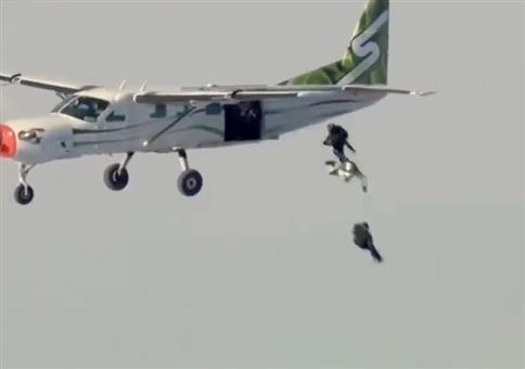 Aus 7620m Höhe ohne Fallschirm aus einem Flugzeug springen