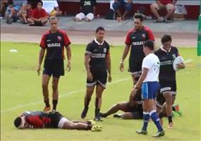 Rugbyspieler ahmt Fußballspieler nach
