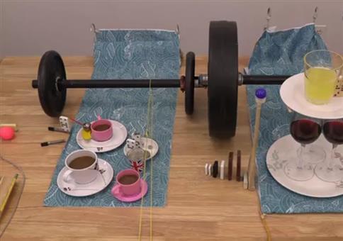 Rube Goldberg Maschine mit Hanteln