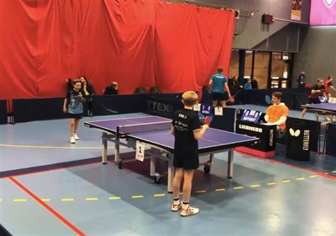 Jungs kämpfen hart im Tischtennismatch