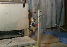Roboter vollzieht Vierfach-Backflip