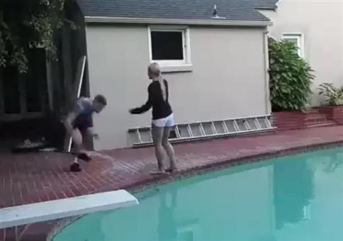 Die Freundin wie beim Wrestling in den Pool smashen