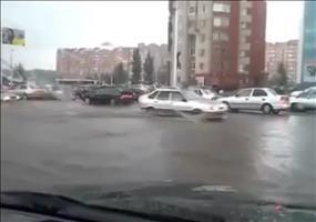 Vorwärtskommen auf überschwemmter Straße
