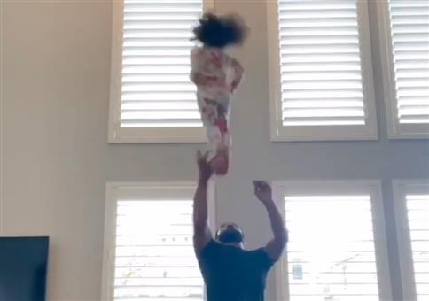 Papa und Tochter üben Cheerleading