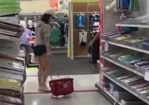 Die Frau und ihr Einkaufskorb