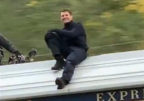Tom Cruise sitzt auf einem fahrenden Zug in Norwegen