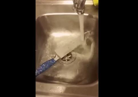 Das Messer in der Spüle dreht sich