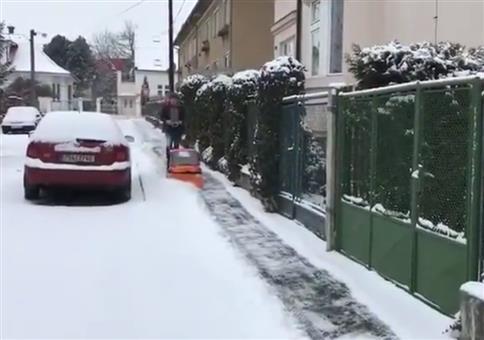 Mini Schneepflug räumt Fußweg frei