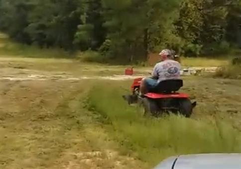 Den Papa beim Rasenmähen erschrecken