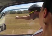 Superman fliegt neben Auto