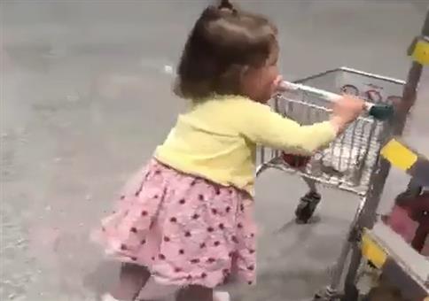 Kind beim Einkaufen - Ganz die Mutter