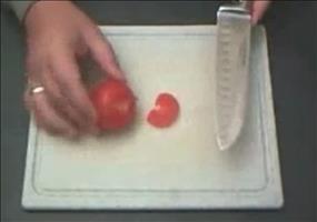Messer mit einer Tasse schärfen