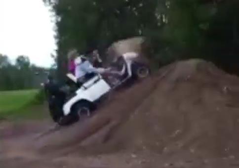 Golfcart + Erdhügel = Geile Lache