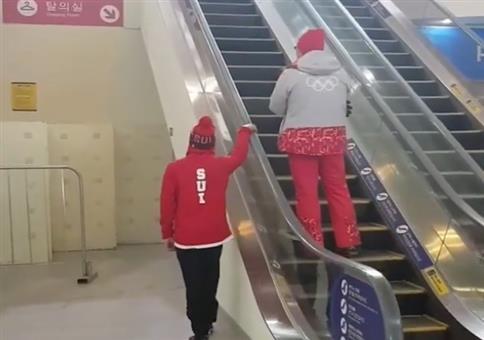 Seitlich die Rolltreppe hoch
