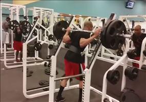Gewichte stemmen im Fitnessstudio - Thug Life