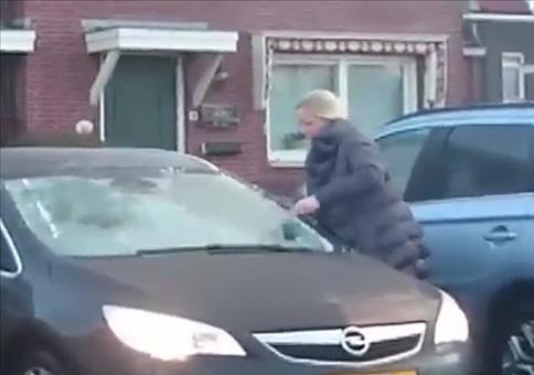 Frau beim Eiskratzen