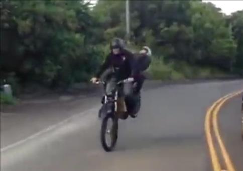 Er zeigt euch einen Trick mit seinem Moped und seiner Freundin
