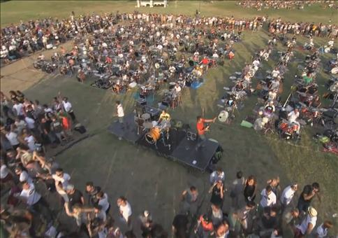 Wenn 1000 Musiker Learn to fly von den Foo Fighters spielen