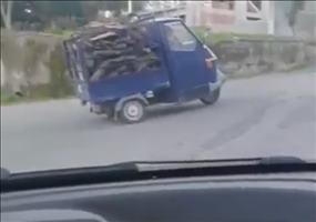 Holztransport schafft den Hügel nicht